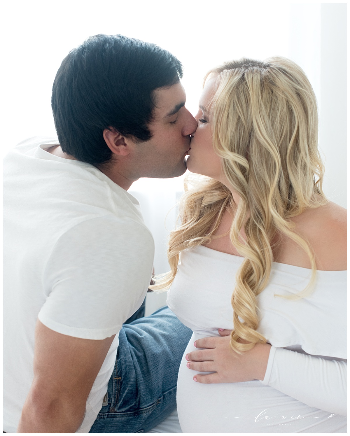 maternity portrait couple kiss